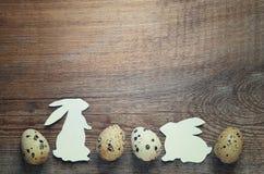 Coelhos da Páscoa com ovos de codorniz Fotos de Stock