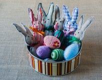 Coelhos feitos a mão e ovos de easter Imagens de Stock Royalty Free