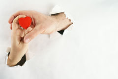 Coeur à l'arrière-plan de mains Photos libres de droits