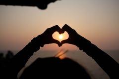 Coeur à la main images libres de droits