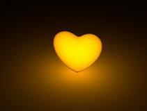 Coeur éclairé rougeoyant dans l'obscurité Images stock