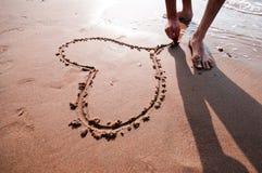 Coeur écrit dans le sable Photos libres de droits
