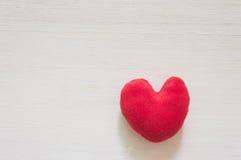 Coeur étendu sur le fond en bois blanc Image stock