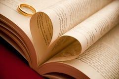 Coeur affichant l'amour avec une bague de fiançailles Photos libres de droits