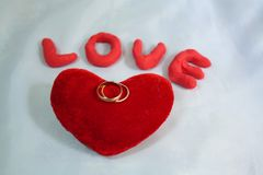 Coeur, anneaux de mariage et amour Photos stock