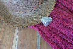 Coeur argenté, scarve, chapeau, boîte-cadeau sur le fond en bois Photos stock