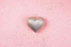 Coeur argenté sur le fond rose avec des étincelles Photo libre de droits