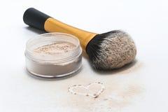 coeur arrosé de poudre, de brosse et de dessin Image stock