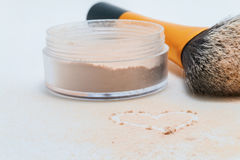 coeur arrosé de poudre, de brosse et de dessin Photos stock