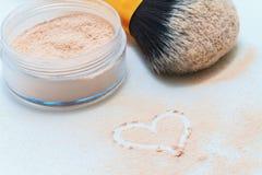 coeur arrosé de poudre, de brosse et de dessin Photos libres de droits