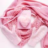 Coeur artifitial rose pelucheux de fourrure avec l'écharpe, les gants et l'album photos confortables Romance, amour, décoration Images libres de droits