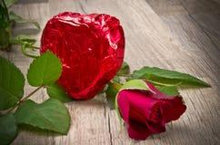 Coeur attrayant et de chocolat dans le Valentinsday Image libre de droits