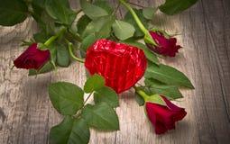 Coeur attrayant et de chocolat dans le Valentinsday Photos stock