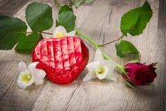 Coeur attrayant et de chocolat dans le Valentinsday Images stock
