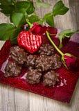 Coeur attrayant et de chocolat dans le Valentinsday Image stock