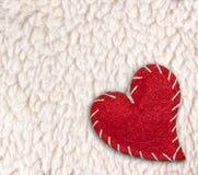 Coeur au-dessus du fond laineux blanc de moutons Images stock