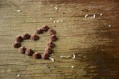 Coeur avec des bonbons au chocolat photographie stock