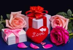 Coeur avec des cadeaux et des roses Photos libres de droits