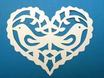 Coeur avec des oiseaux. Coupe de papier. Images libres de droits