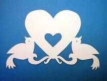 Coeur avec des oiseaux. Coupe de papier. Image stock