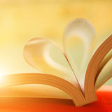 Coeur avec des pages de livre Photo stock