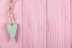 Coeur avec des points de polka sur un fond en bois Images libres de droits
