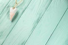 Coeur avec des points de polka sur un fond en bois Photographie stock libre de droits