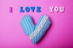 Coeur avec je t'aime l'inscription sur le fond rose Concept de jour du ` s de Valentine Image libre de droits