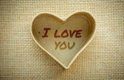Coeur avec je t'aime le mot d'isolement sur un tissu de toile de jute Jour de valentines et concept d'amour Photographie stock