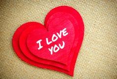 Coeur avec je t'aime le mot d'isolement sur un tissu de toile de jute Jour de valentines et concept d'amour Photos stock