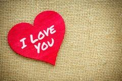 Coeur avec je t'aime le mot d'isolement sur un tissu de toile de jute Jour de valentines et concept d'amour Photos libres de droits