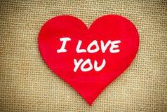 Coeur avec je t'aime le mot d'isolement sur un tissu de toile de jute Jour de valentines et concept d'amour Image stock
