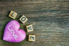 Coeur avec l'alphabet en bois Images stock
