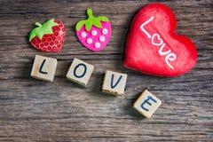 Coeur avec l'alphabet en bois Photos stock