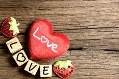 Coeur avec l'alphabet en bois Photos libres de droits