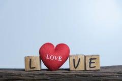 Coeur avec l'alphabet en bois Photographie stock libre de droits