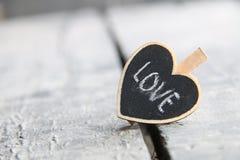 Coeur avec l'inscription d'amour Carte de voeux de jour du ` s de St Valentine Photos stock