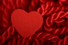 Coeur avec la corde tressée rouge Photo libre de droits