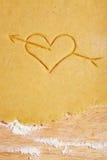Coeur avec la flèche en pâte Images libres de droits