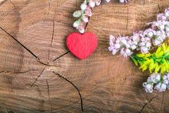 Coeur avec la fleur sur le bois image libre de droits