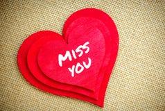 Coeur avec la Mlle que vous exprimez d'isolement sur un tissu de toile de jute Jour de valentines et concept d'amour images libres de droits