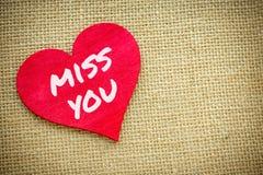Coeur avec la Mlle que vous exprimez d'isolement sur un tissu de toile de jute Jour de valentines et concept d'amour Image libre de droits