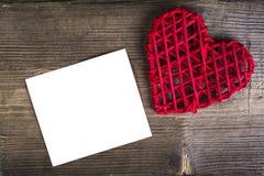 Coeur avec la note sur le fond en bois Concept d'amour de mariage Photographie stock libre de droits