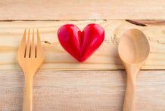 Coeur avec le bon concept en bois de cuillère et de nourriture de fourchette Images libres de droits