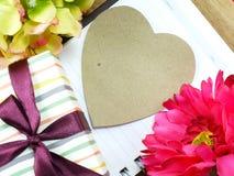 Coeur avec le cadeau et la belle fleur pour le jour de valentines Image libre de droits