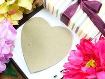 Coeur avec le cadeau et la belle fleur pour le jour de valentines Images stock