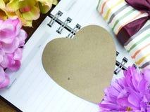 Coeur avec le cadeau et la belle fleur pour le jour de valentines Photo libre de droits