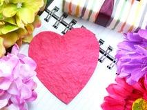 Coeur avec le cadeau et la belle fleur pour le jour de valentines Images libres de droits