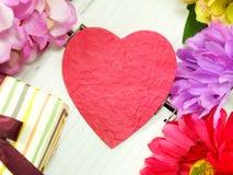Coeur avec le cadeau et la belle fleur pour le jour de valentines Photographie stock