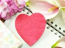 Coeur avec le cadeau et la belle fleur pour le jour de valentines Photographie stock libre de droits
